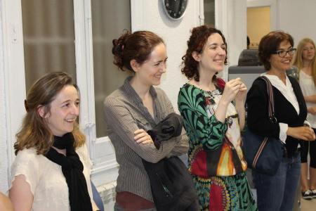 Profesoras de español para extranjeros asistiendo a la entrega de premios del concurso de escritura en español.